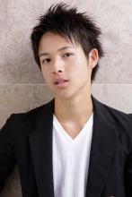 メンズもやっぱり黒髪がカッコいい!シャープな束感ショート|AFLOAT JAPANのヘアスタイル