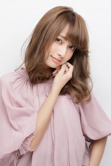 顔まわりの外巻きカールで浮遊感を与えた愛されフェミニンスタイル|AFLOAT JAPANのヘアスタイル