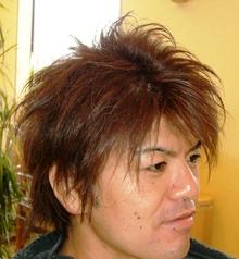 ショートヘアから伸びてきた髪にアクセントを
