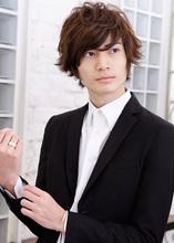 クールな顔立ちに甘さを漂わせたエアリータッチのニュアンスメンズ|MINX harajukuのメンズヘアスタイル