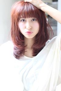 パッツン前髪とレッド系カラーで個性的なガーリースタイル