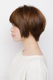 前下がりのラインが大人っぽいなめらか毛流れのショートヘア