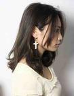 海外セレブ髪型 耳かけミディアム