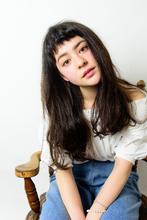 オン眉の前髪とゆるウェーブでカジュアルな雰囲気。|緑地公園 美容室 『alfred hair studio』のヘアスタイル
