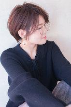 おしゃれメガネも似合うショートグレージュスタイル AKI-566|ALICe by afloatのヘアスタイル