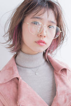 おしゃれメガネも似合うインナーカラーピンクショートスタイル AKI-567|ALICe by afloatのヘアスタイル