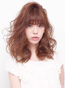 高い位置からうねりとボリューム感を出したエアリーカール allys hair shinsaibashi OPAのヘアスタイル