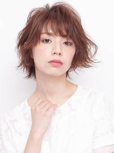 ふんわりフォルムで躍動的な動きを与えたゆる巻きカール allys hair shinsaibashi OPAのヘアスタイル