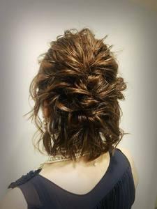 ルーズ編み込みハーフアップアレンジ|allys hair shinsaibashi OPAのヘアスタイル