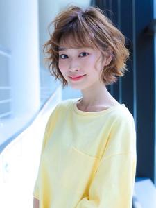 丸みのある女性らしいショートヘアスタイル allys hair shinsaibashi OPAのヘアスタイル