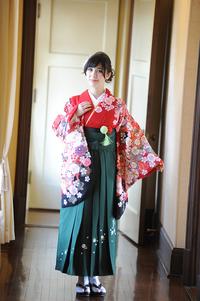 袴や謝恩会にもぴったりの清楚なシニヨンアレンジで、卒業式の素敵な思い出を作りましょう