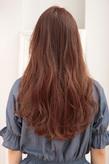 長い髪にしなやかさをと発色性を与えた暖色系ボルドー