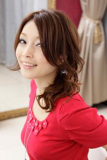 ピークルで耳元に輝きを放つナチュラルなまとめ髪アレンジ|apish AOYAMAのヘアスタイル
