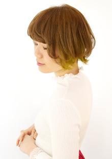 キミドリのポイントカラーが可愛いショート|B2C梅田のヘアスタイル