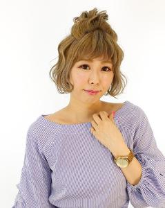 アッシュベージュにハーフアップのお団子アレンジ |B2C梅田のヘアスタイル