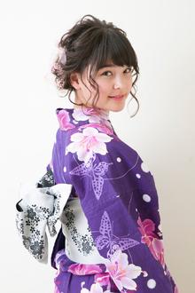 ツイスト三つ編みをほぐして可愛さを強調したキュートなシニヨン|B2C梅田のヘアスタイル