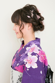 ツイスト三つ編みをほぐして可愛さを強調したキュートなシニヨン
