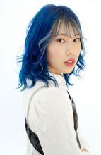 ビビッドなブルーカラーとフェイスフレーミング|B2C梅田のヘアスタイル
