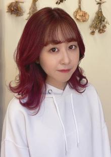 派手髪だけど女らしさ全開の愛されチェリーピンクカラー やや赤紫が混ざった深みのあるピンクカラーは色落ちも可愛い 長く楽しめるカラーです|Raffine 三宮のヘアスタイル