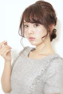 編みこみシニヨン風アレンジ|BiBi のヘアスタイル