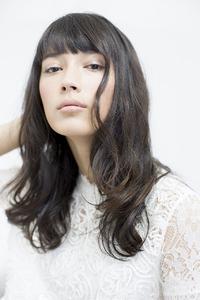 自然な黒髪でセンシュアルに女性的な印象のロングヘア