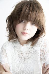 曖昧な長さの前髪がポイントふんわりミディアムスタイル