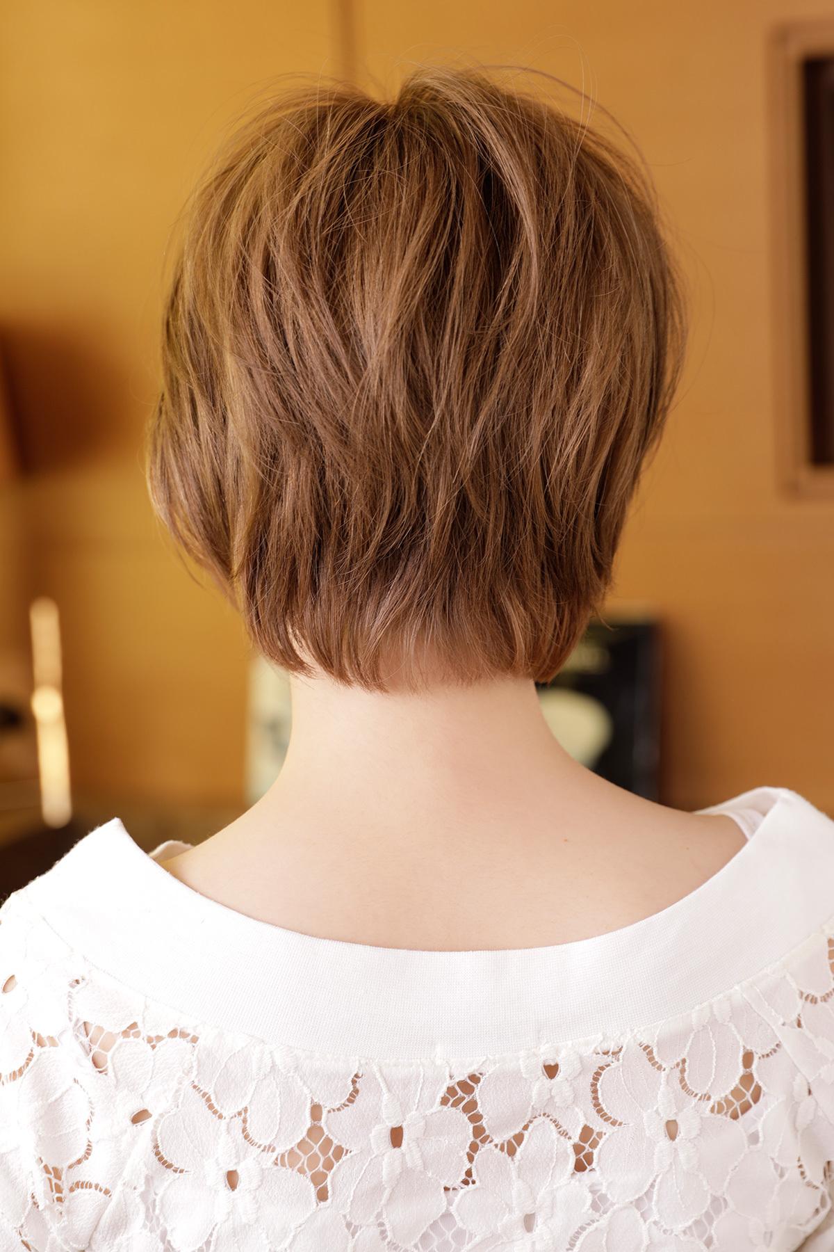 スモーキーアッシュでつくるハンサムガールのショートヘア