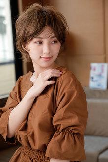 髪が交差するような浮遊感を与えたボディパーマ風カール|CARE SHINSAIBASHIのヘアスタイル