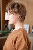 髪が交差するような浮遊感を与えたボディパーマ風カール