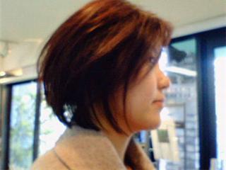 顔まわりの毛流れが華やかな、ふんわりフォルムの上品ボブ。