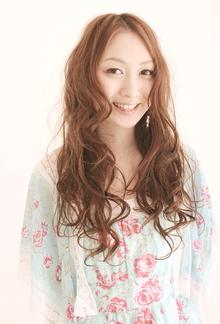 リッチなボリュームがふわっと広がるフレアロング|Dali  梅田 ダリ梅田店のヘアスタイル