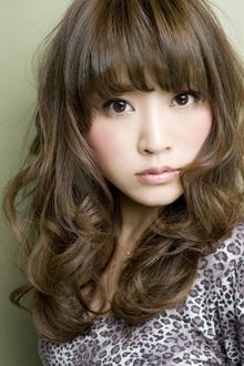 隙間のある前髪とフェイスラインを包む髪で小顔効果ばっちりのカールスタイル|GARDEN omotesandoのヘアスタイル