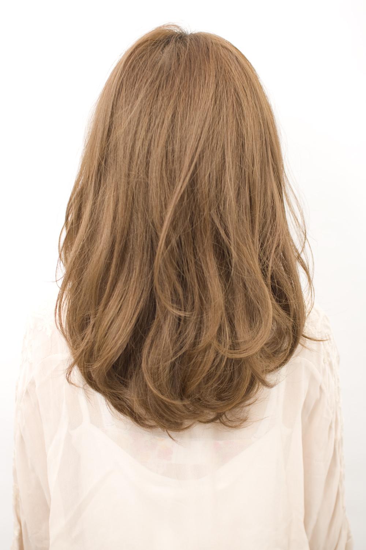 内巻きのフェミニン系ヘアスタイルを耳にかけてすっきり+奥ゆき感を出しました。ナチュラルな毛先のゆれがポイント。