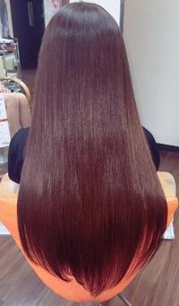髪に柔らかい質感と艶を出し、自然の光を含んだような透明感と輝きのある髪色に、