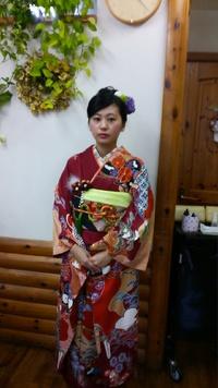 キュートなアップスタイルで♪可愛く生花の髪飾りを左右に・・・ヽ(^o^)丿