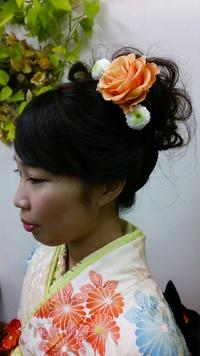 着物に合わせた生花(^^♪大きなオレンジの薔薇がポイントです(^^ゞ