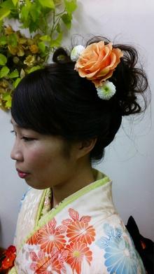 着物に合わせた生花(^^♪大きなオレンジの薔薇がポイントです(^^ゞ|ヘア&フェイスサロン プリティ〜のヘアスタイル