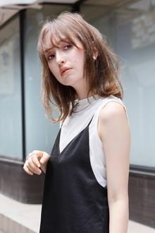 シックな服にラフな髪。明るめカラーと柔らかパーマが大人の抜け感を表現|Lila by afloatのヘアスタイル