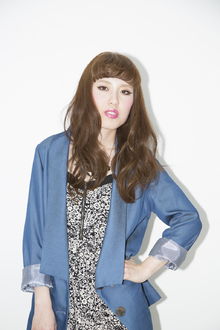 外国人風なカラーと、ルーズなウェーブスタイルに、短めバングでキュートさをON|luxe 加須店のヘアスタイル