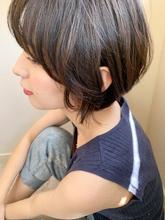 耳かけ丸みショート フォギーベージュ|Maria by afloatのヘアスタイル
