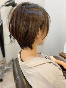 バッサリイメチェン。耳かけショート。フォギーベージュ|Maria by afloatのヘアスタイル