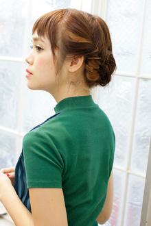 サイドの髪をねじった柔らかシニヨンで清楚なアレンジに MINX 青山店のヘアスタイル