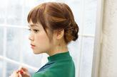 サイドの髪をねじった柔らかシニヨンで清楚なアレンジに