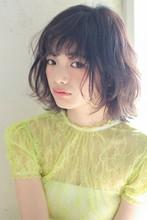 柔らかなカールが揺れるこなれボブ|MINX 青山店 佐藤 スナオのヘアスタイル