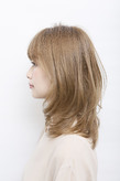 ひし型シルエット+明るめカラーで、夏らしい軽やかさを表現