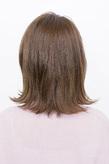 髪の素材を活かしたスモーキーベージュの外ハネカール