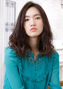 ランダムなミックスカールで大人っぽさを漂わせたフェミニンなデザイン|MINX 銀座二丁目店のヘアスタイル