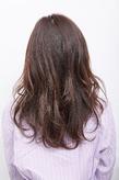 ラフなカールでふわりと髪を動かし、なめらかな曲線で魅せるロングパーマ