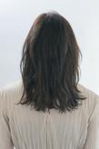 クセ毛風のルーズカールが魅力的なスタイリッシュミディアム