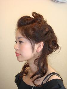 きっちりまとめすぎず、ラフにねじって動きを出す Perm Pam 熊谷店のヘアスタイル